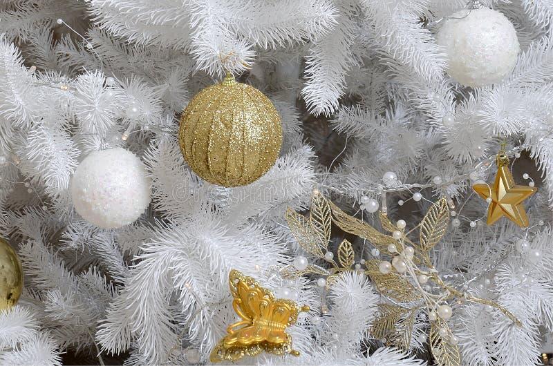 Dicht omhoog verfraaiend Kerstboom Decoratiebol, witte spar, gouden Kerstmisspeelgoed en lichten Gebruik Kerstmis en Nieuwe jaren royalty-vrije stock foto