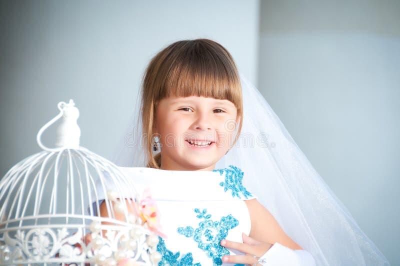 Dicht portret van een klein meisje in een prachtige avondjurk royalty-vrije stock afbeeldingen