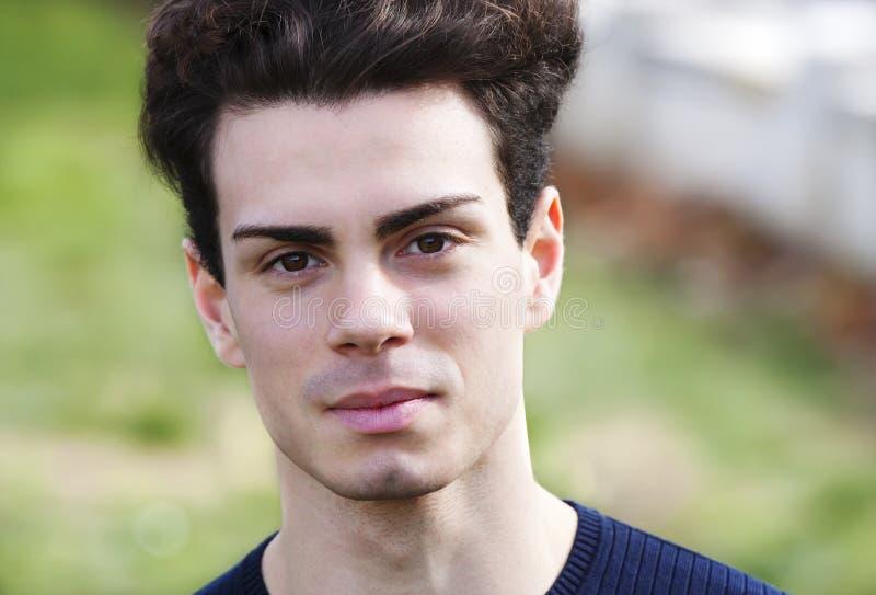 Dicht portret van een mooie jonge mens stock foto's