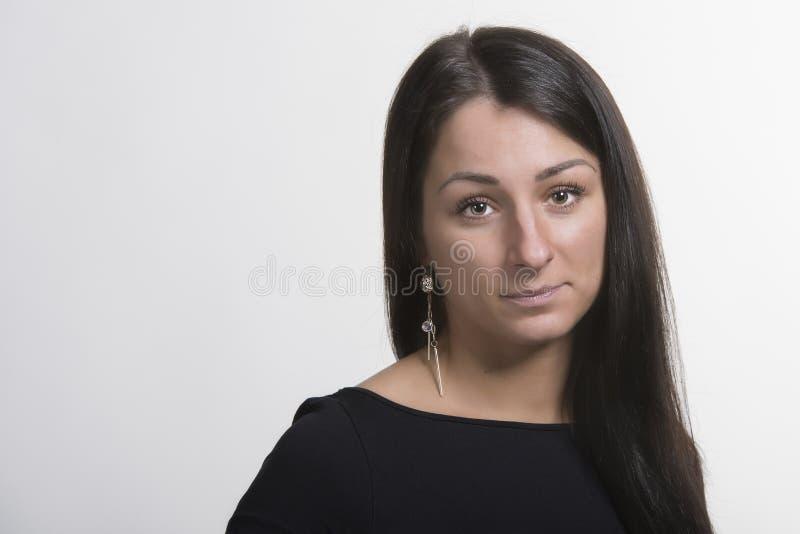 Portret van mooie vrouw met donker lang haar royalty-vrije stock fotografie