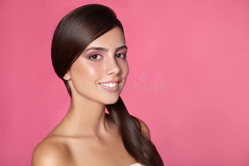 Dicht portret van mooie vrouw met heldere samenstelling stock fotografie