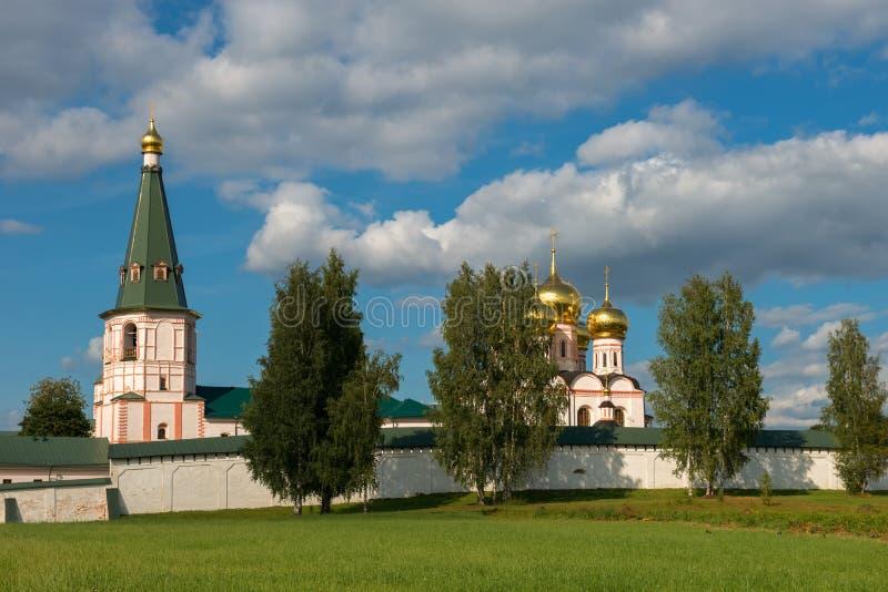 Dichtbij de muren van het klooster stock foto's