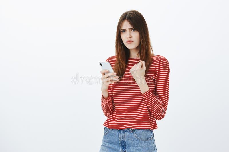 Dichtbij is de vriend geposte foto met ex meisje, wraak Portret van ontstemd boos mooi brunette, het opheffen royalty-vrije stock foto