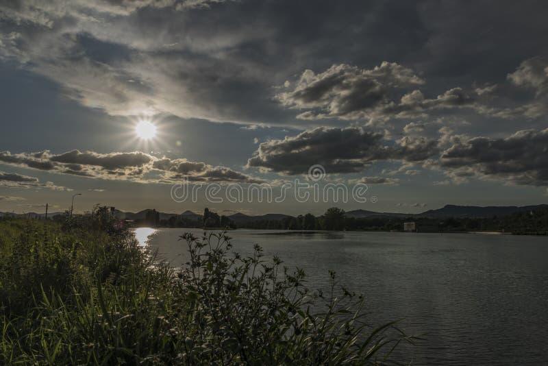 Dichtbij rivier Labe vóór onweer in Noord-Bohemen royalty-vrije stock fotografie