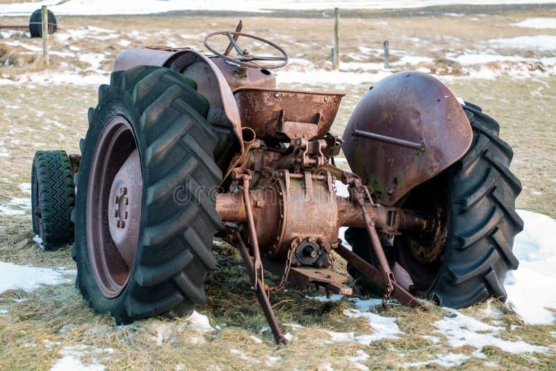 Dichtbij VIK/ICELAND - 02 februari: Rusty Tractor Abandoned in IJsland o stock fotografie
