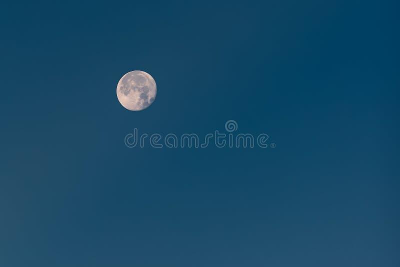 Dichtbij Volle maan met Zichtbare Kraters in Blauwe de Winterhemel royalty-vrije stock foto's