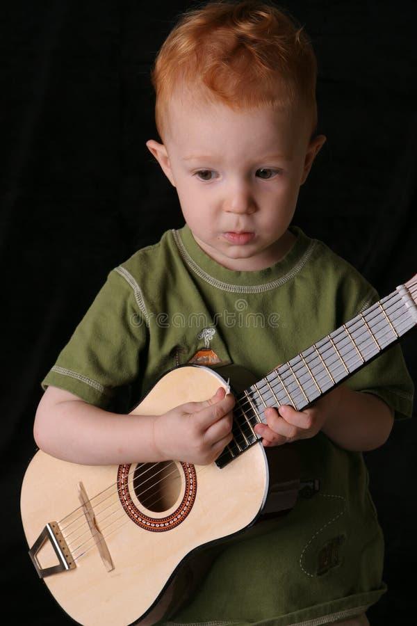 Dichte de peuter van de gitaar stock foto