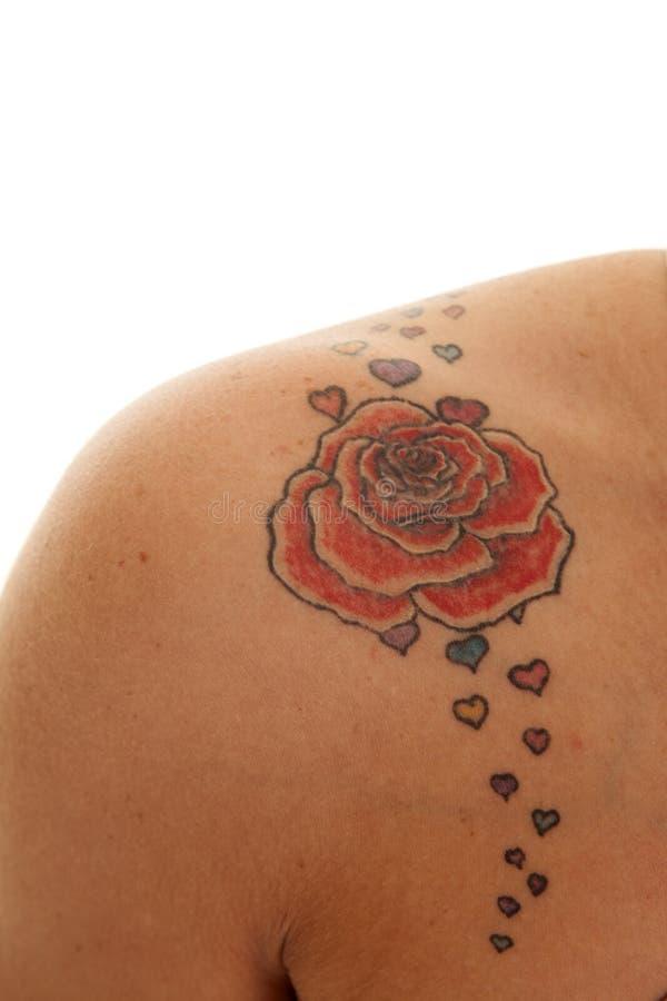 Dichte de tatoegering nam op schouder toe stock foto's