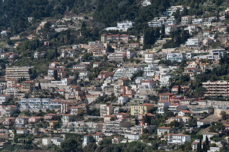 Dichte huisvesting in helling, Franse Riviera stock foto