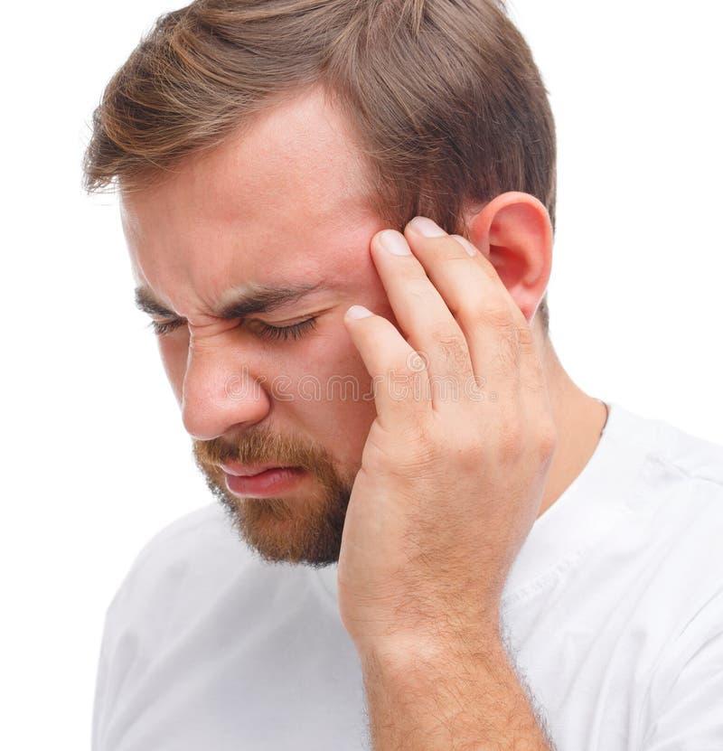 Dichte Mening Een mens houdt op zijn hoofd die pijn in zijn tempel tonen Geïsoleerd over witte achtergrond royalty-vrije stock afbeeldingen