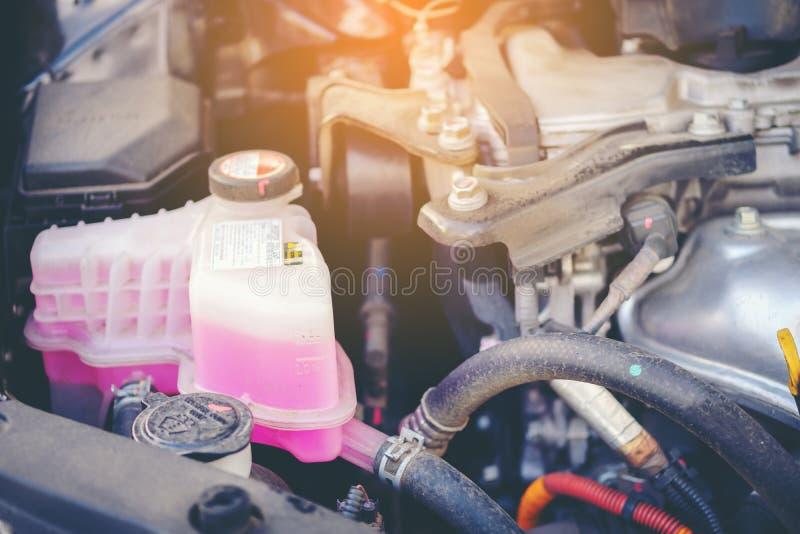 Dichte mening van een motor waterkoelingssysteem van een onderhouden auto stock afbeelding