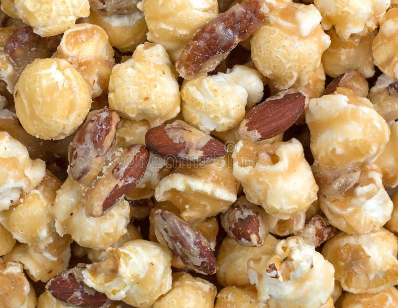 Dichte mening van gastronomische popcorn met noten stock foto