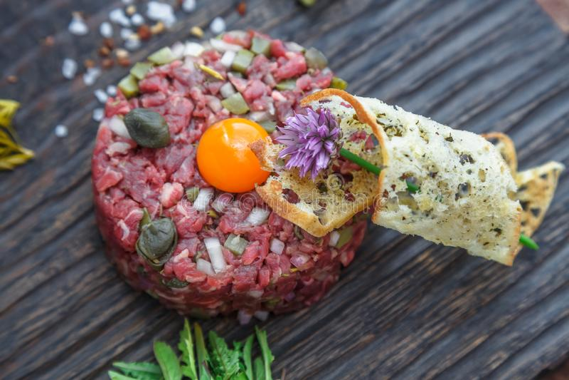 Dichte mening van rundvlees tartare en kwartelseierdooier royalty-vrije stock foto