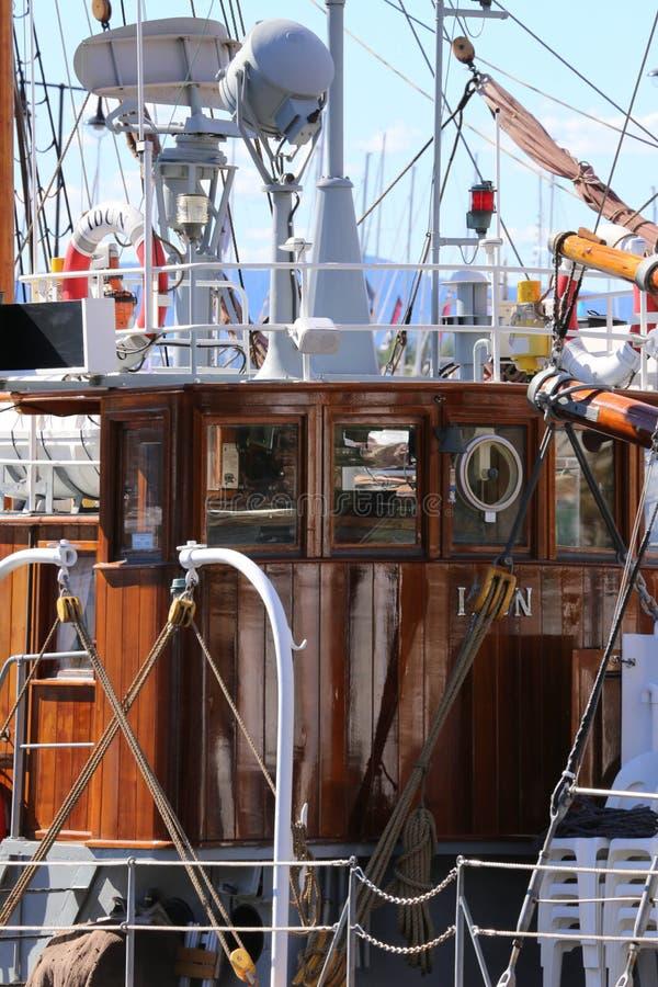 Dichte observatie van een varende boot in Lissabon Portugal stock foto