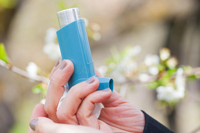 Dichte omhoog openlucht van het astmainhaleertoestel tijdens de lente stock fotografie