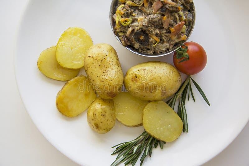 Dichte omhooggaand van de aardappel in de schil stock foto