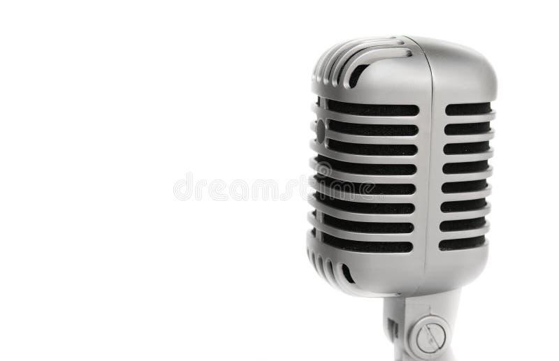 Dichte omhooggaand van de microfoon uitstekende stijl Op witte achtergrond stock foto