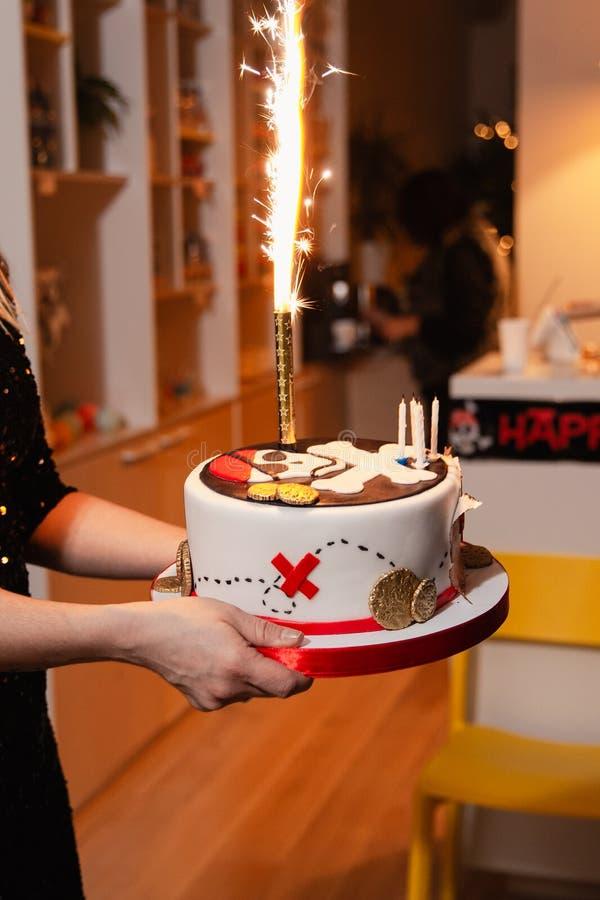 Dichte omhooggaand van de piraatcake - de decoratiepartij van de Kinderenverjaardag voor jonge geitjes royalty-vrije stock afbeeldingen