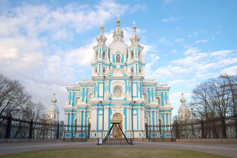 Dichte omhooggaand van de Smolnykathedraal in de bewolkte Mei-middag Heilige Petersburg, Rusland stock afbeelding