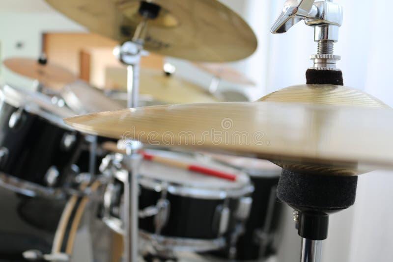 Dichte omhooggaand van de trommels hallo-hoed met trommeluitrusting op achtergrond stock fotografie