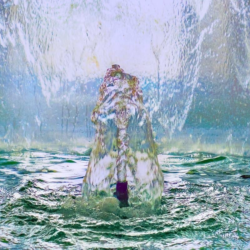 Dichte omhooggaand van de waterfontein, de rimpeling van spiegelstromen royalty-vrije stock foto's