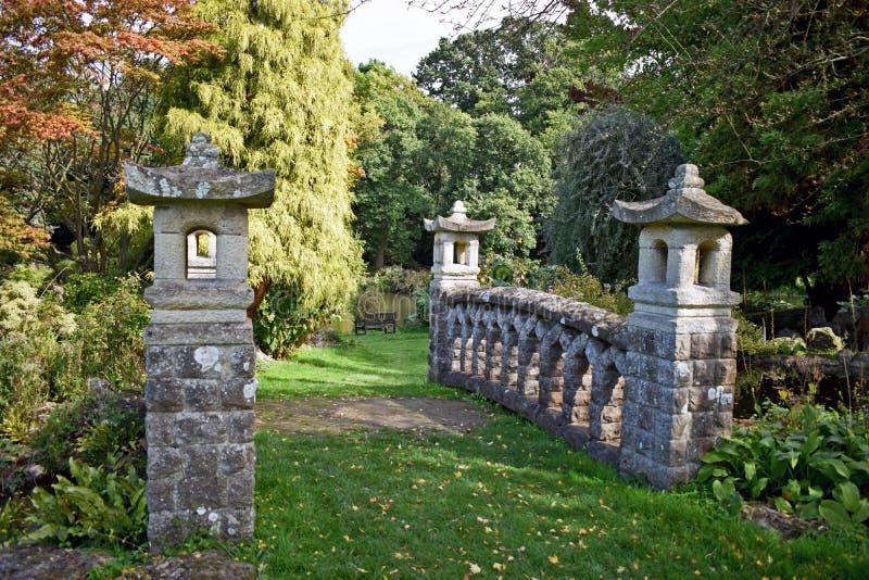 Dichte omhooggaand van deze Romantische steenbrug met boom ` s en struiken van alle verschillende grootte en vormen op de achterg royalty-vrije stock foto's