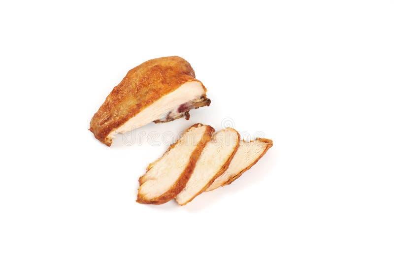 Dichte omhooggaand van geroosterde, gesneden kippenborst op witte achtergrond stock foto