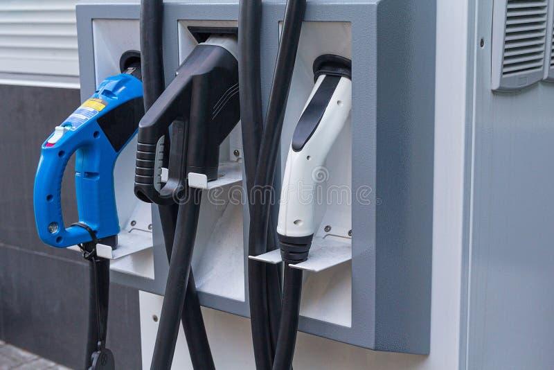 Dichte omhooggaand van het benzinestationelektrische voertuig stock foto's