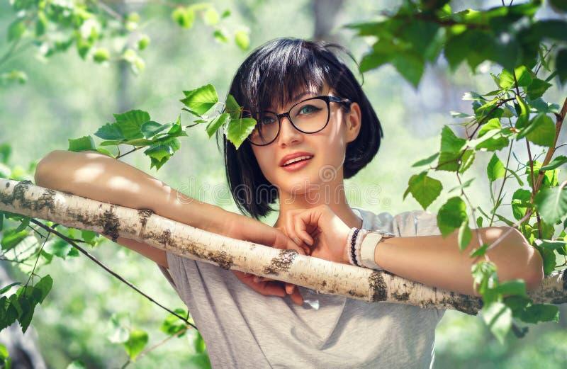 Dichte omhooggaand van het portret van jonge mooie vrouw, op groene achtergrond stock afbeelding