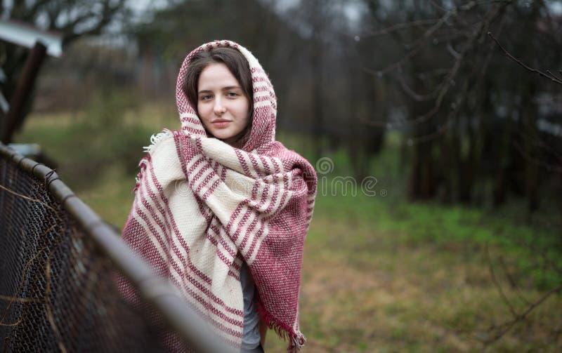 Dichte omhooggaand van het portret van jonge vrouw royalty-vrije stock foto's