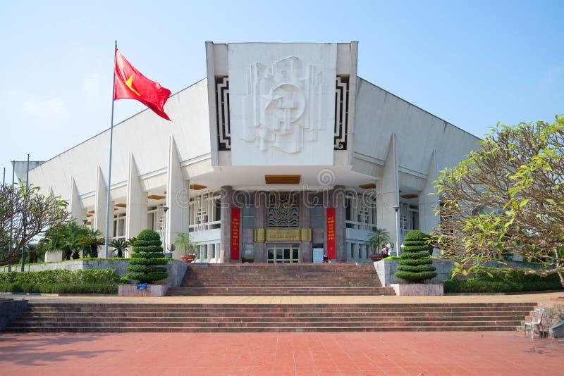 Dichte omhooggaand van Ho Chi Minh Museum op een zonnige middag vietnam stock fotografie