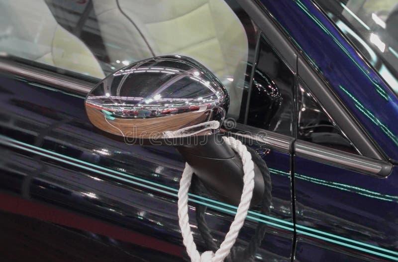 Dichte omhooggaand van zijaanzichtspiegel van marineblauwe auto royalty-vrije stock afbeeldingen