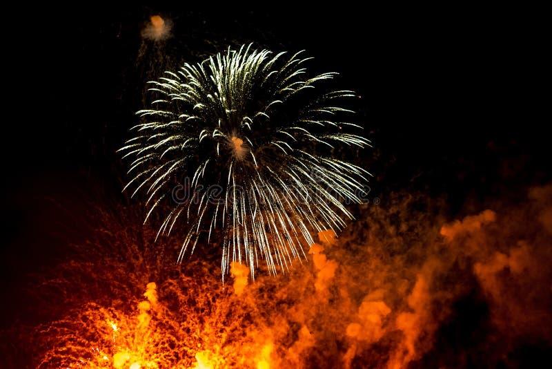 Dichte rode en orandge festive vuurwerk op zwarte achtergrond Abstract vakantiedracht royalty-vrije stock fotografie