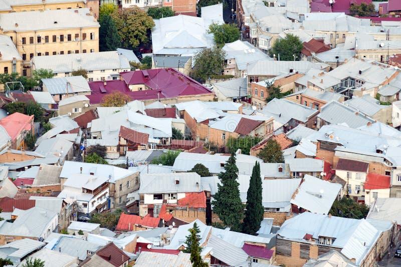 Dichte stedelijke ontwikkeling - een mening van de daken van huizen van hierboven Overbevolkingsconcept stock afbeelding