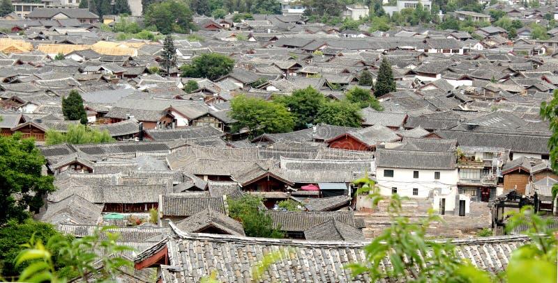 Dichte tegelhuizen in lijiang oude stad stock afbeelding