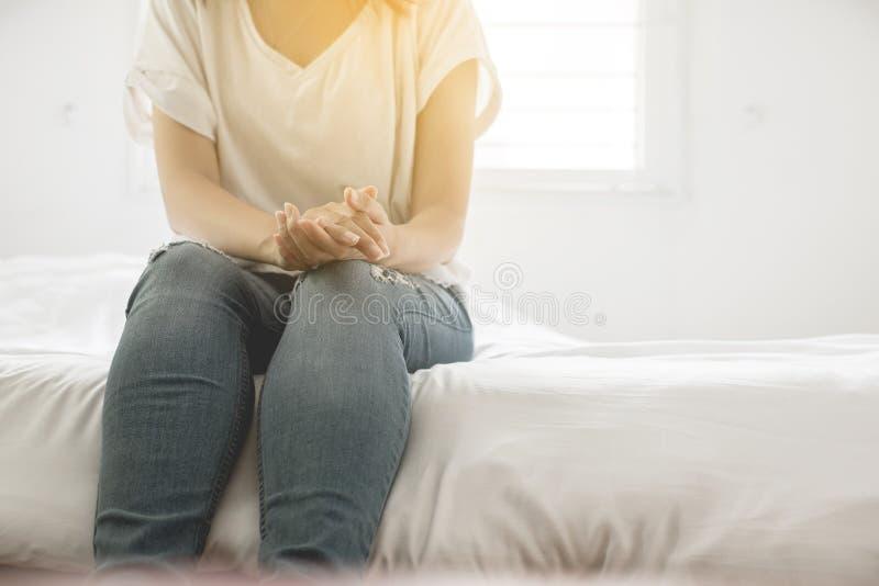 Dichte uo van de greep van de handenvrouw en de depressie hebben een hoofdpijn en het voelen van verdriet in slaapkamer royalty-vrije stock afbeeldingen