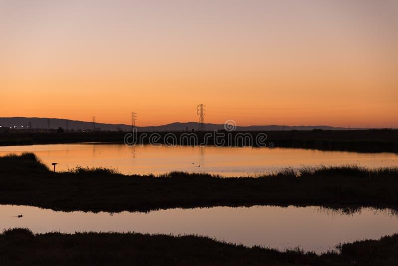 Dichtes Sonnenunterganglicht über San Francisco Bay Wetlands stockbild