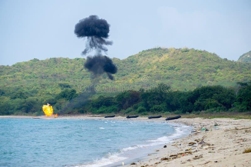 Dichtungsteam von der internationalen Marine zünden Bomben auf dem Strand während der Militärübung multinationalen Unternehmens d lizenzfreie stockbilder