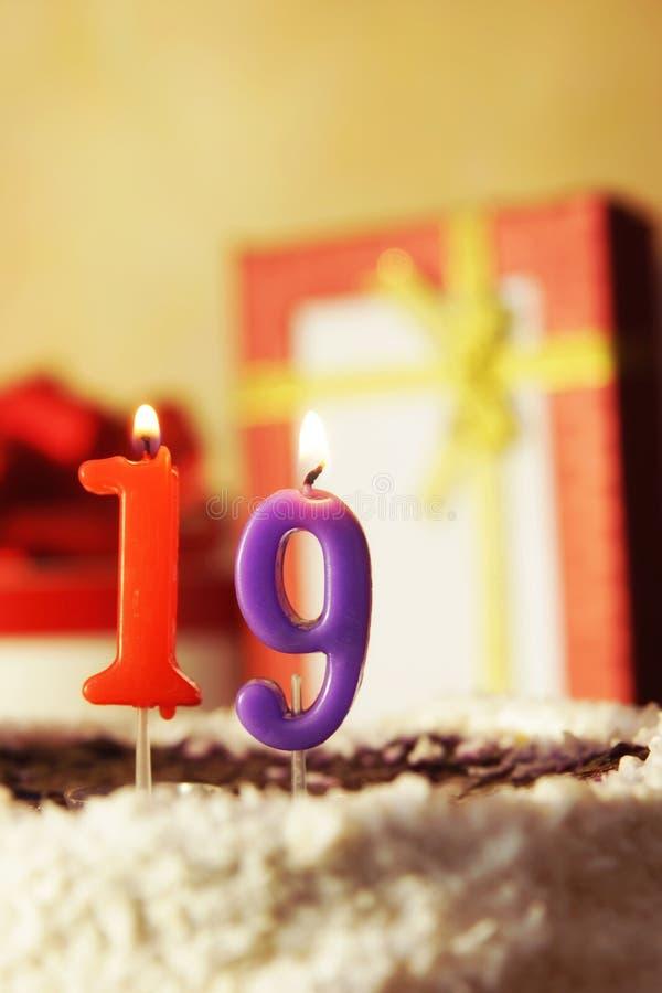 Diciannove anni Torta di compleanno con le candele burning fotografia stock libera da diritti