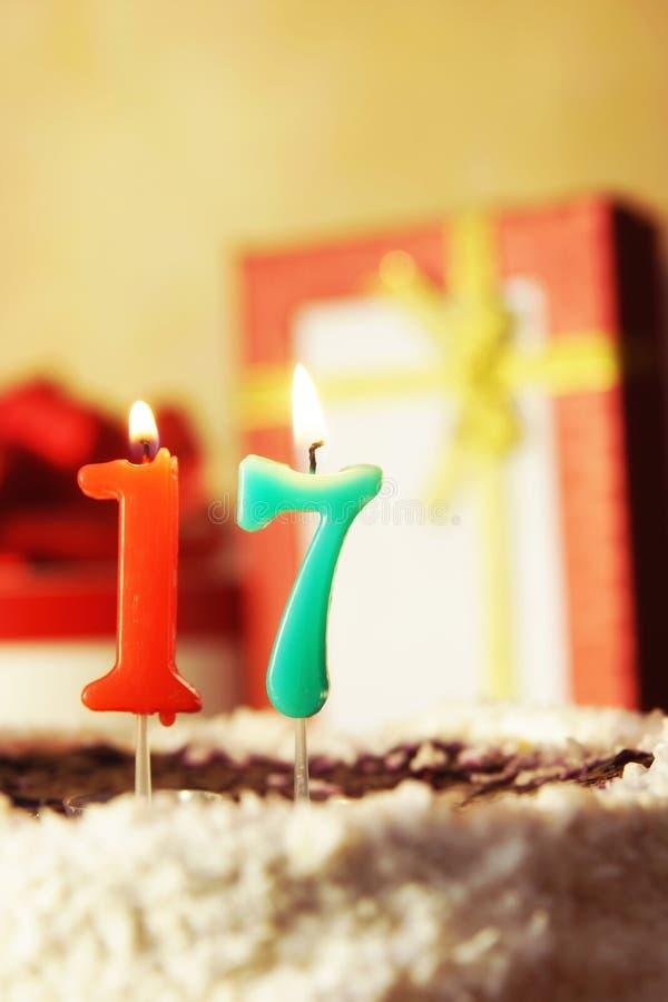 Diciassette anni Torta di compleanno con le candele burning fotografie stock libere da diritti