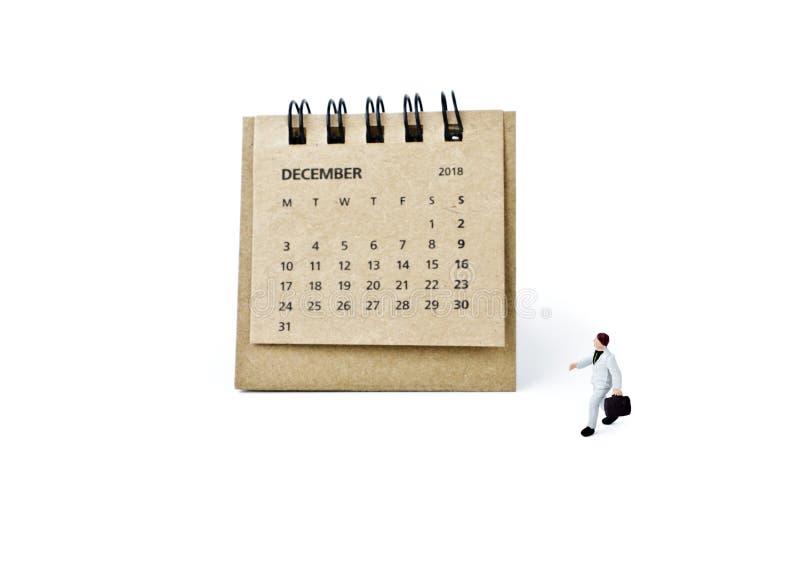 diciembre Haga calendarios la hoja y al hombre de negocios plástico miniatura en wh fotos de archivo