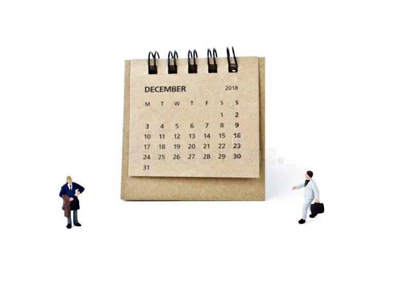 diciembre Haga calendarios la hoja y a los hombres de negocios plásticos miniatura en wh foto de archivo
