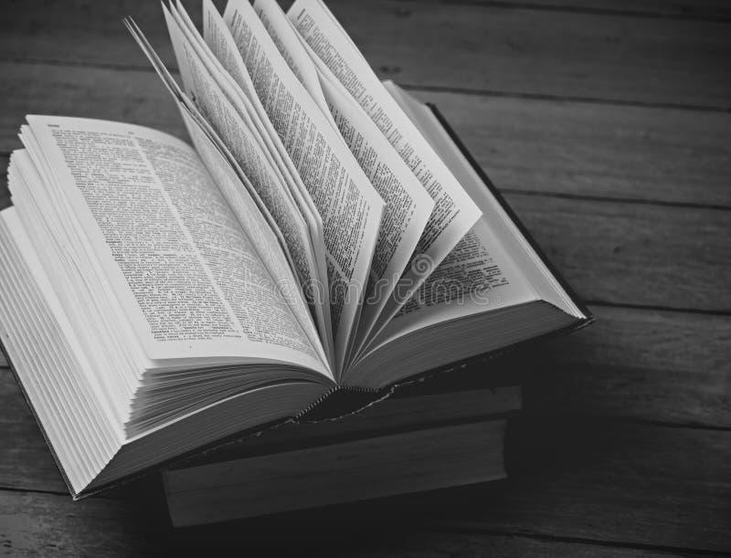 Dicionário do vintage empilhado foto de stock