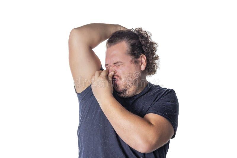 Dicker Mann hält oder klemmt seine Nase geschlossen wegen eines stinky Geruchs oder eines Geruchs stockfoto
