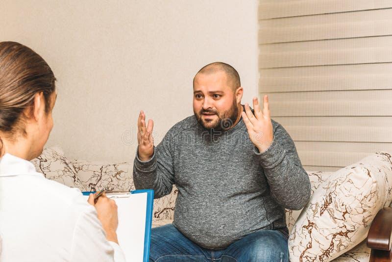 Dicker Mann im Druck spricht emotional über seine Krise und Probleme Psychologeberatung lizenzfreie stockfotografie