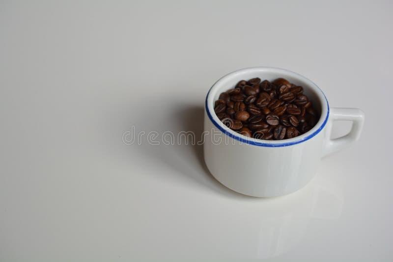 Dickwandige Schale gefüllt mit Kaffeebohnen lizenzfreie stockbilder
