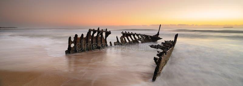 Dicky Wreck en la salida del sol foto de archivo