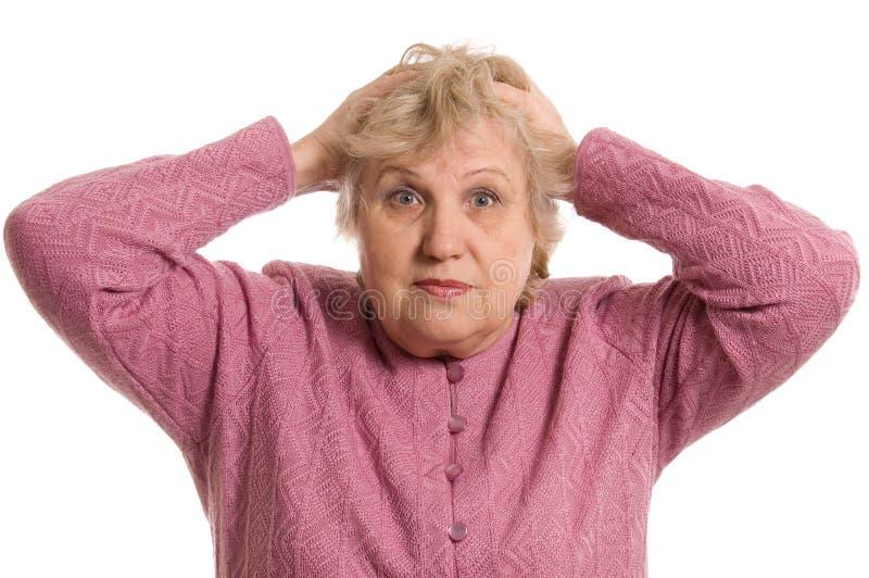Die ältere Frau hält für einen Kopf stockfotos