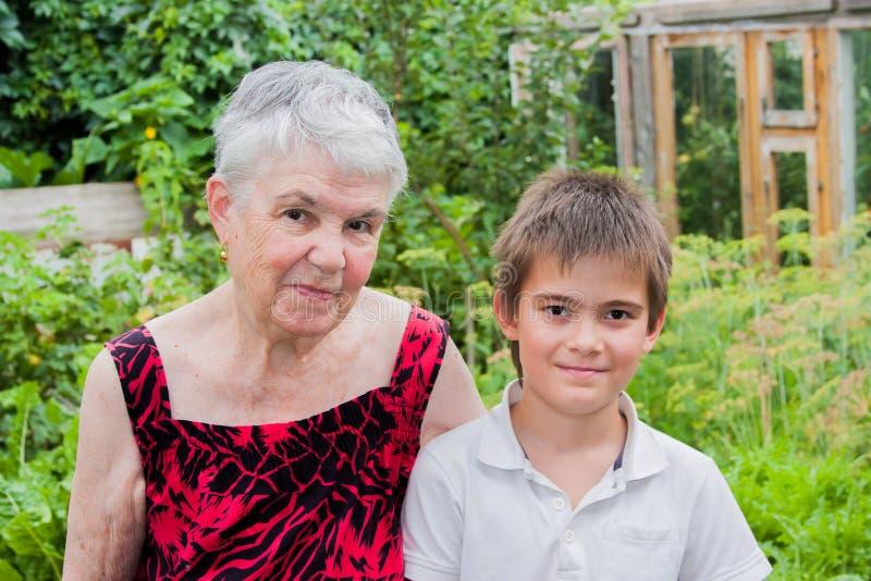 Die ältere Frau mit dem Großenkel auf der Natur lizenzfreie stockfotografie