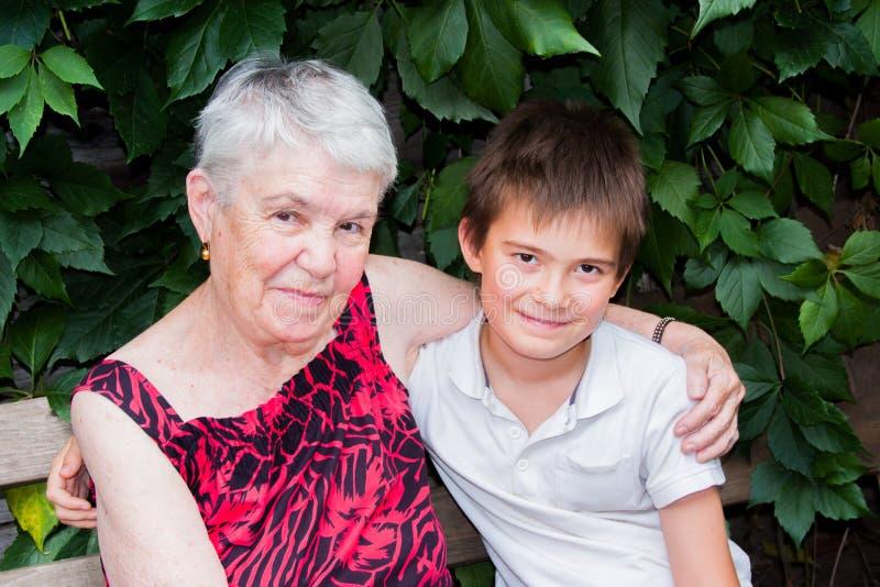 Die ältere Frau mit dem Großenkel auf der Natur stockfoto